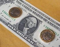 1 libra y 1 moneda euro, y un billete del dólar sobre fondo del metal Imagen de archivo