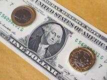 1 libra y 1 moneda euro, y un billete del dólar sobre fondo del metal Imágenes de archivo libres de regalías