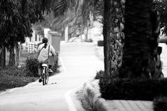 Librar una bici imagen de archivo libre de regalías