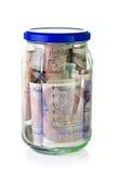Libras británicas de billetes de banco en un tarro de cristal Foto de archivo libre de regalías