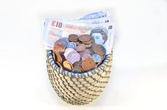 Libras británicas en cesta Foto de archivo