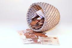 Libras británicas en cesta Fotografía de archivo libre de regalías