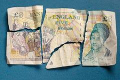 5 libras velhas da nota de papel rasgada distante Imagens de Stock