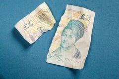 5 libras velhas da nota de papel rasgada distante Fotografia de Stock Royalty Free