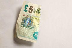 5 libras velhas da nota de papel rasgada distante Foto de Stock