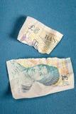 5 libras velhas da nota de papel rasgada distante Fotos de Stock Royalty Free