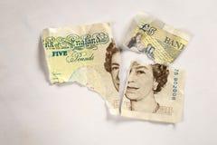 5 libras velhas da nota de papel rasgada distante Fotos de Stock