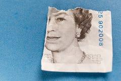 5 libras velhas da nota de papel rasgada distante Imagens de Stock Royalty Free