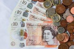 Libras y peniques de Gran Bretaña en el fondo blanco fotografía de archivo libre de regalías