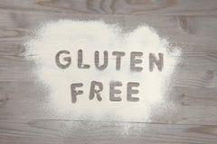 Libre del gluten de la palabra escrito en la harina blanca Fotos de archivo libres de regalías