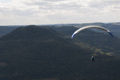 Libre-vuelo en el Paragliding en Río Grande del Sur, el Brasil Fotos de archivo libres de regalías