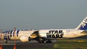 Librea de Boeing 787-9 Dreamliner Star Wars R2-D2 antes de la salida almacen de video