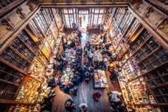 Librería de Lello en la ciudad de Oporto fotos de archivo