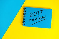Libreta azul con el comentario 2017 Año Nuevo 2018 - hora de resumir y de planear las metas para el próximo año Fondo del asunto Imágenes de archivo libres de regalías