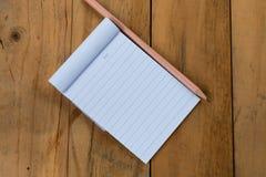 Libreta blanca con el lápiz Fotografía de archivo libre de regalías