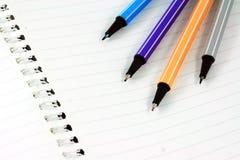 Libreta blanca en blanco con la pluma del color foto de archivo libre de regalías