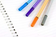 Libreta blanca en blanco con la pluma del color imágenes de archivo libres de regalías