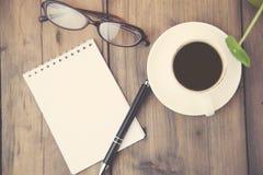 Libreta, café, pluma y vidrios Imagenes de archivo
