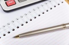 Libreta, calculadora y pluma Fotografía de archivo libre de regalías