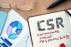 Libreta con concepto de la responsabilidad social corporativa de la palabra CSR Fotografía de archivo libre de regalías