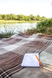 Libreta, libreta con la pluma y lápiz, registrar en un parque cerca de los ríos y de los lagos, en la playa, caída del verano tie Imagenes de archivo