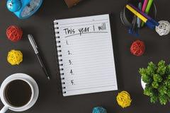 Libreta con la taza de la lista de objetivos y de café Esperanza del Año Nuevo y concepto de la resolución fotos de archivo