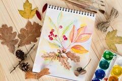 Libreta con las hojas de otoño de las pinturas de la acuarela Fotografía de archivo