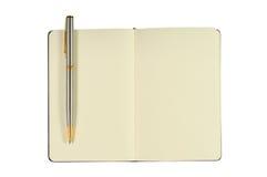 Libreta con las paginaciones en blanco y la pluma Imagen de archivo