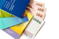 Libreta de banco de cuenta de ahorro con el dinero tailandés Imágenes de archivo libres de regalías