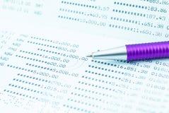 Libreta de banco de cuenta de ahorro con la pluma púrpura Fotos de archivo