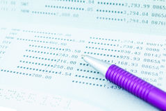 Libreta de banco de cuenta de ahorro con la pluma púrpura fotos de archivo libres de regalías