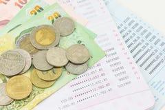 Libreta de banco de cuenta y dinero tailandés Imágenes de archivo libres de regalías