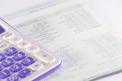Libreta de banco del banco con la pieza de la calculadora Imagenes de archivo