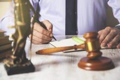 Libreta de la mano del hombre con el juez fotografía de archivo