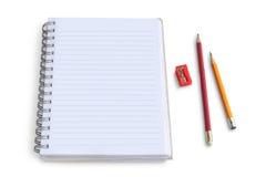 Libreta en blanco con el lápiz y los sacapuntas foto de archivo