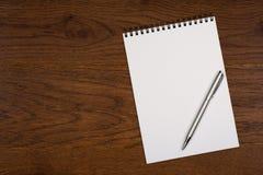 Libreta en blanco con la pluma en oficina Imagenes de archivo