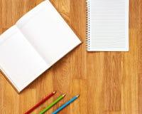 Libreta en blanco con los materiales de oficina en la tabla de madera fotografía de archivo
