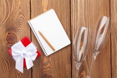 Libreta en blanco para el espacio de la copia, la caja de regalo del día de tarjetas del día de San Valentín y dos ch Imagen de archivo