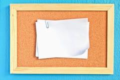 Libreta en tarjeta del corcho Fotos de archivo