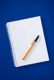 Libreta espiral con la pluma de bola Fotografía de archivo libre de regalías