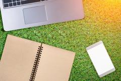 Libreta, ordenador portátil en la tabla de madera con el copyspace libre cuatro su creatina imágenes de archivo libres de regalías