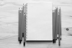 Libreta para la creatividad y las ideas con los lápices coloreados en el cortejar Imagenes de archivo