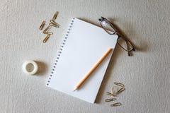 Libreta y lápiz Imagen de archivo libre de regalías