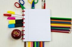 Libreta y materiales de oficina coloridos Fotografía de archivo libre de regalías