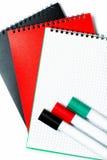 Libretas y marcadores coloridos Imágenes de archivo libres de regalías