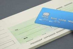 Libretto di assegni e un assegno in bianco Immagine Stock