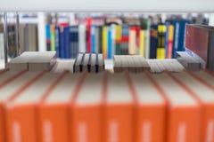 Libri ad una biblioteca di unicersity Immagini Stock