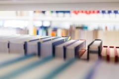 Libri ad una biblioteca di unicersity Immagini Stock Libere da Diritti