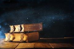 libri antichi, con i catenacci d'ottone periodo medievale di fantasia e concetto religioso Fotografie Stock Libere da Diritti