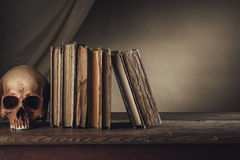 Libri antichi con il cranio Fotografie Stock